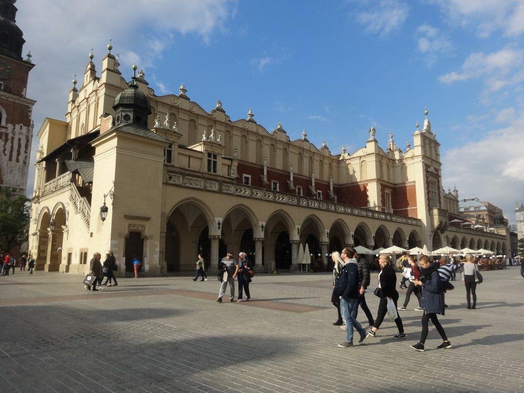 L'ancien marché de Cracovie, les guildes d'artisans y avaient des échoppes au rez-de-chaussé