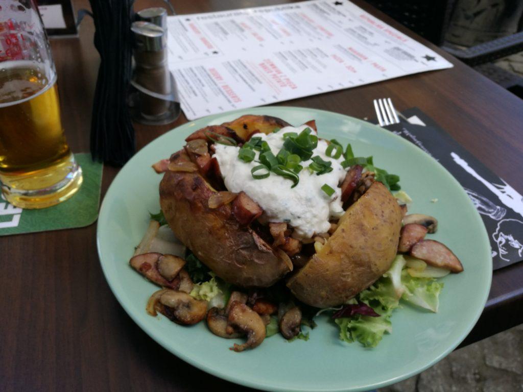 Pomme de terre au four suivant la recette traditionnelle de Gdansk avec des morceaux de saucisse, et de la crème fraîche