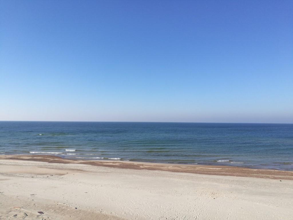 La plage sur la mer Baltique depuis l'Isthme de Courlande