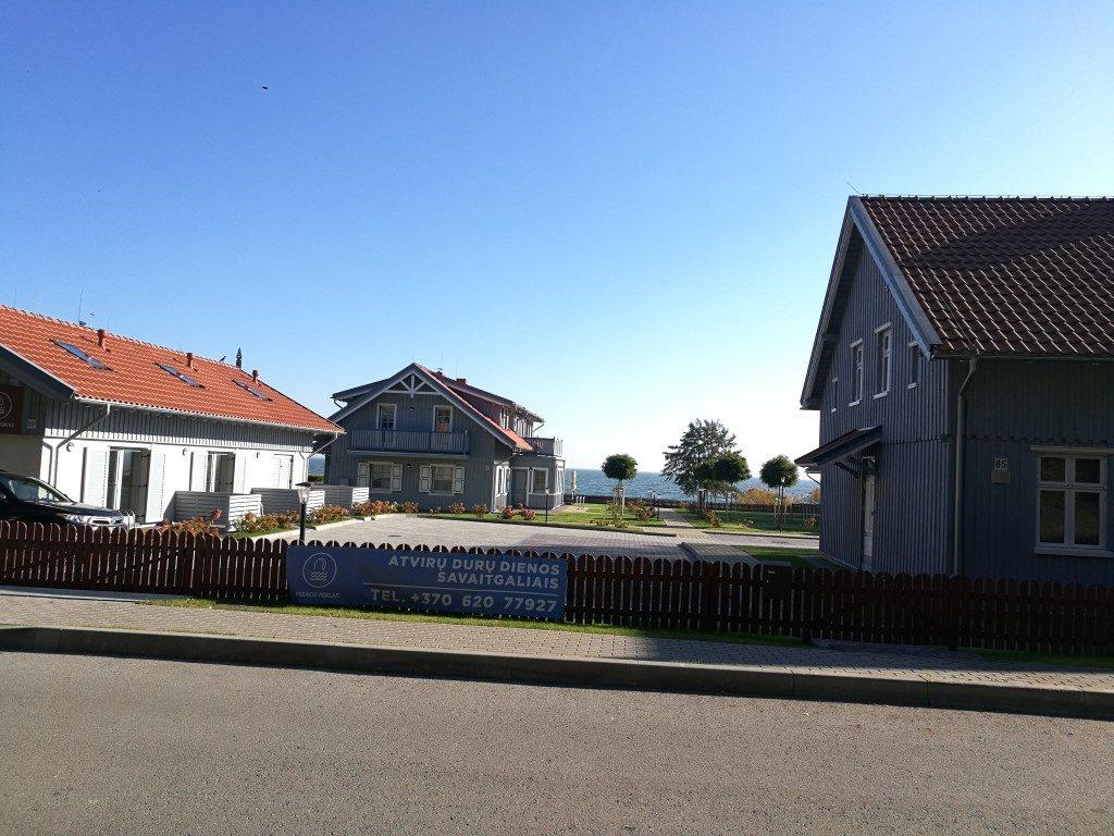 Village sur l'Isthme de Courlande avec panneau de location des maisons