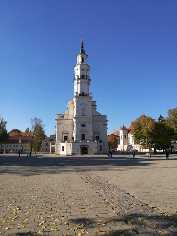 L'église et centre culturel sur un des côtés de la place principale de Kaunas