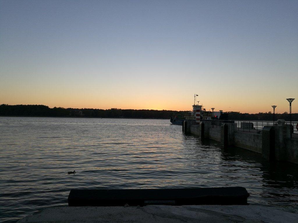 Le coucher de soleil sur le port de Klaipeda