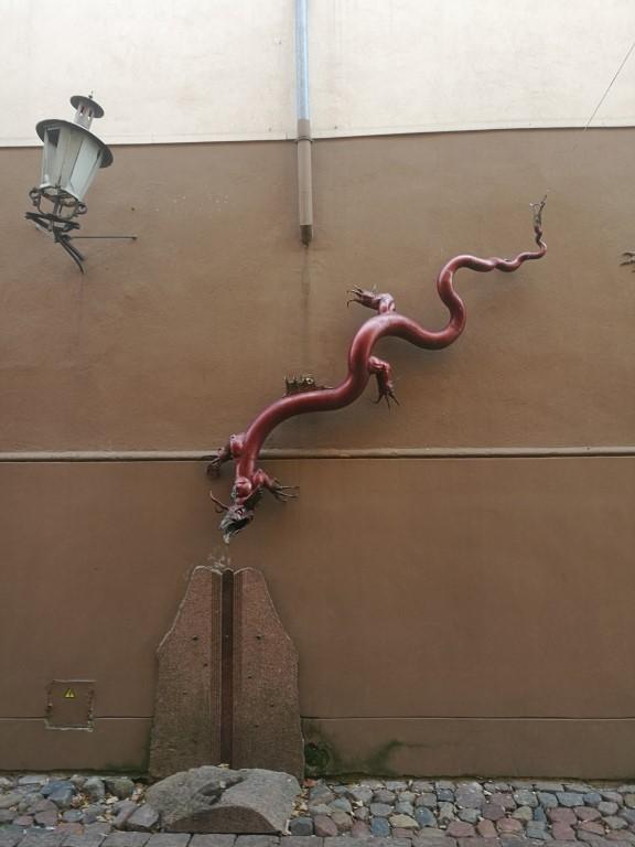 Une statue de dragon sur un des murs de klaipeda
