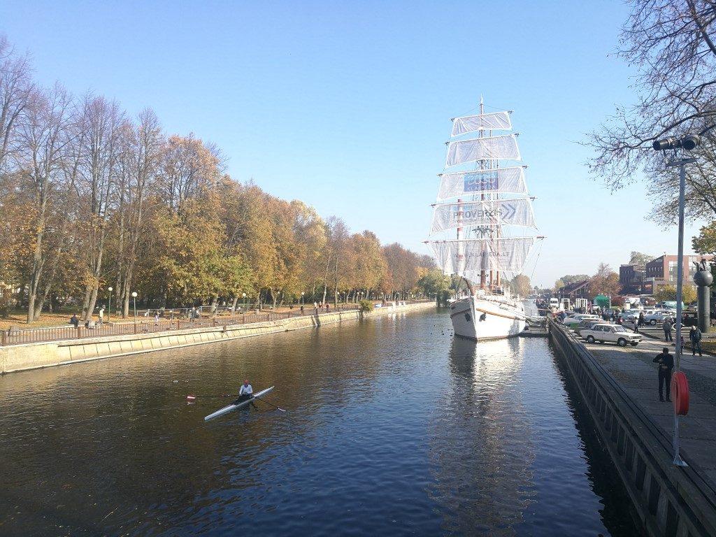 Un voilier sur le Canal de Klaipeda