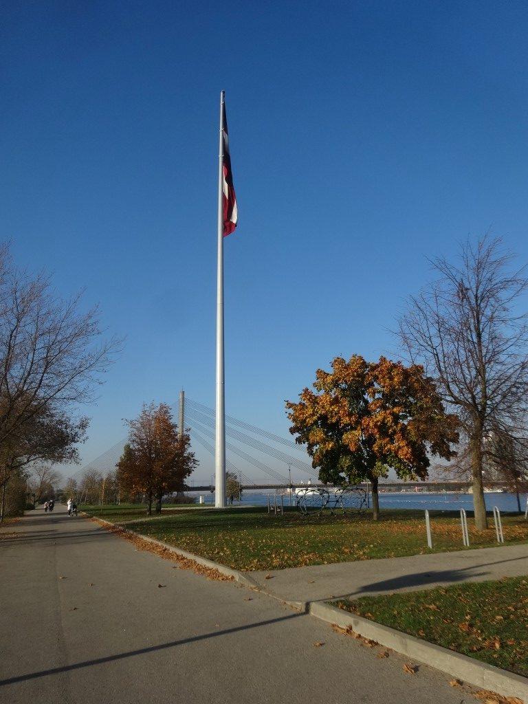 Un immense drapeau de la Lettonie