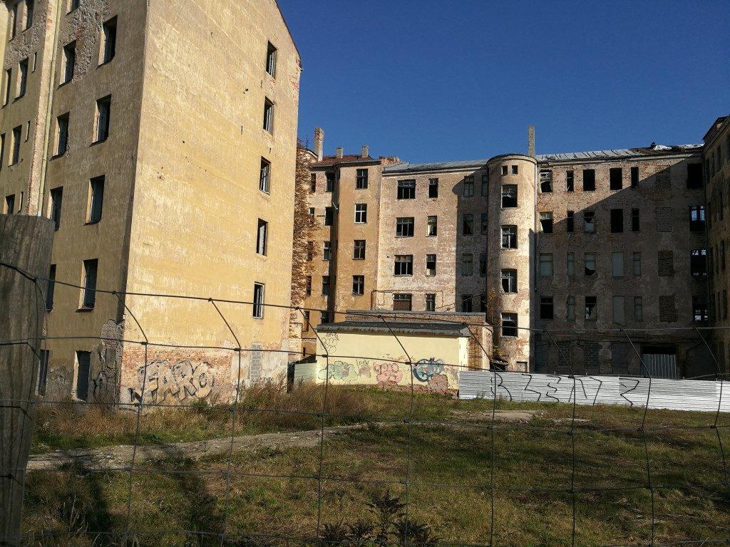 Bâtiment en ruine dans le quartier de l'autre côté de la rivière Daugava