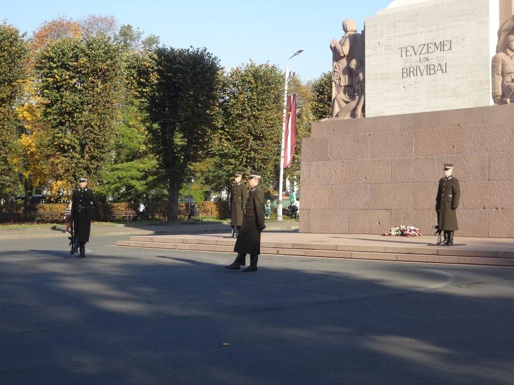 Le changement des gardes en bas de la colonne de la liberté