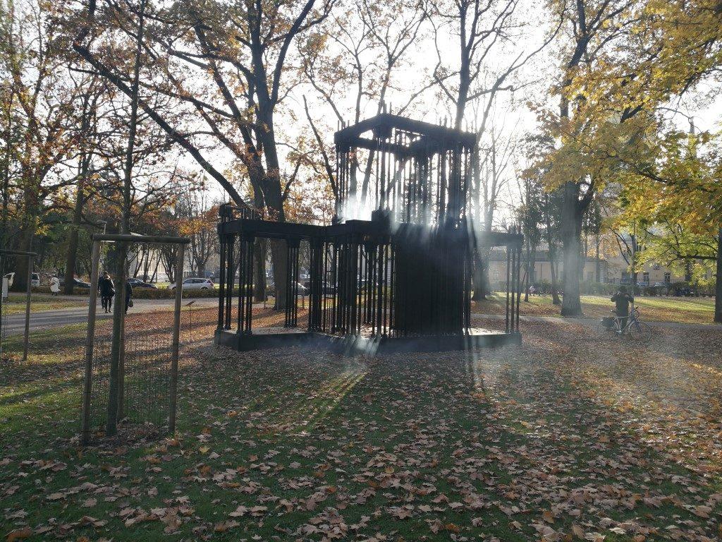 Le palais des brumes, une oeuvre d'art exposée dans un des parcs de Riga