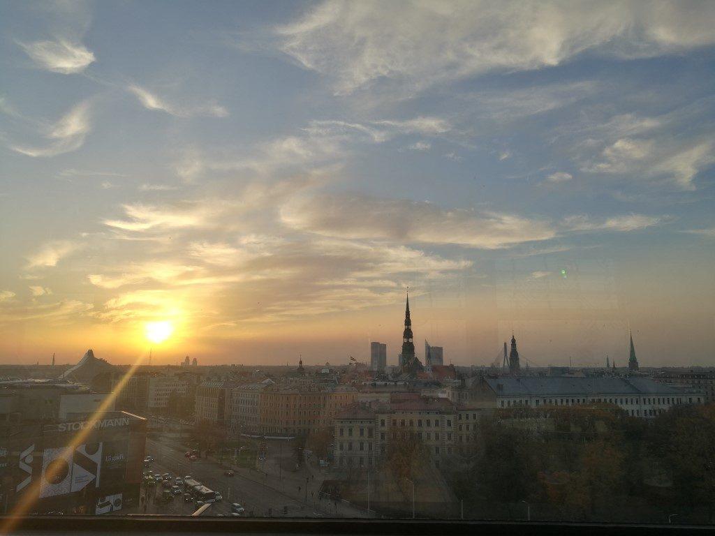 Le coucher de soleil sur la vieille ville de Riga depuis le bar au sommet de la tour de l'horloge
