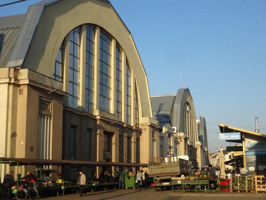 Le marché de Riga, localisé dans d'anciens hangars à zeppelins, devenus inutiles