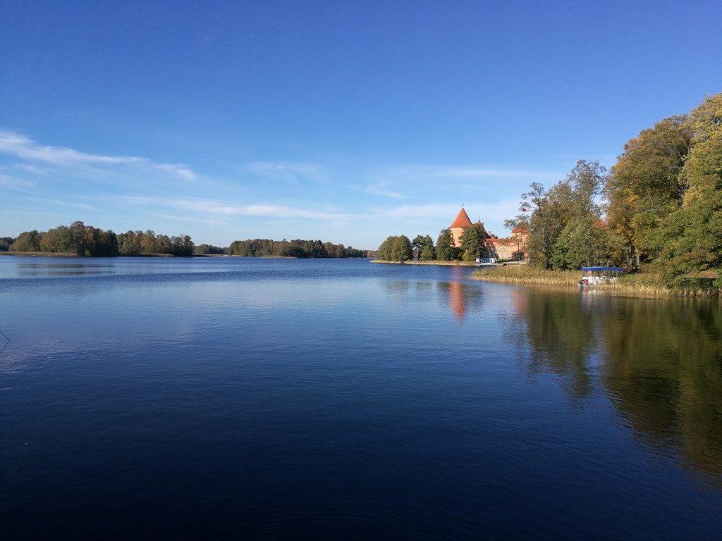 Vue sur le château de Trakai depuis la berge du lac