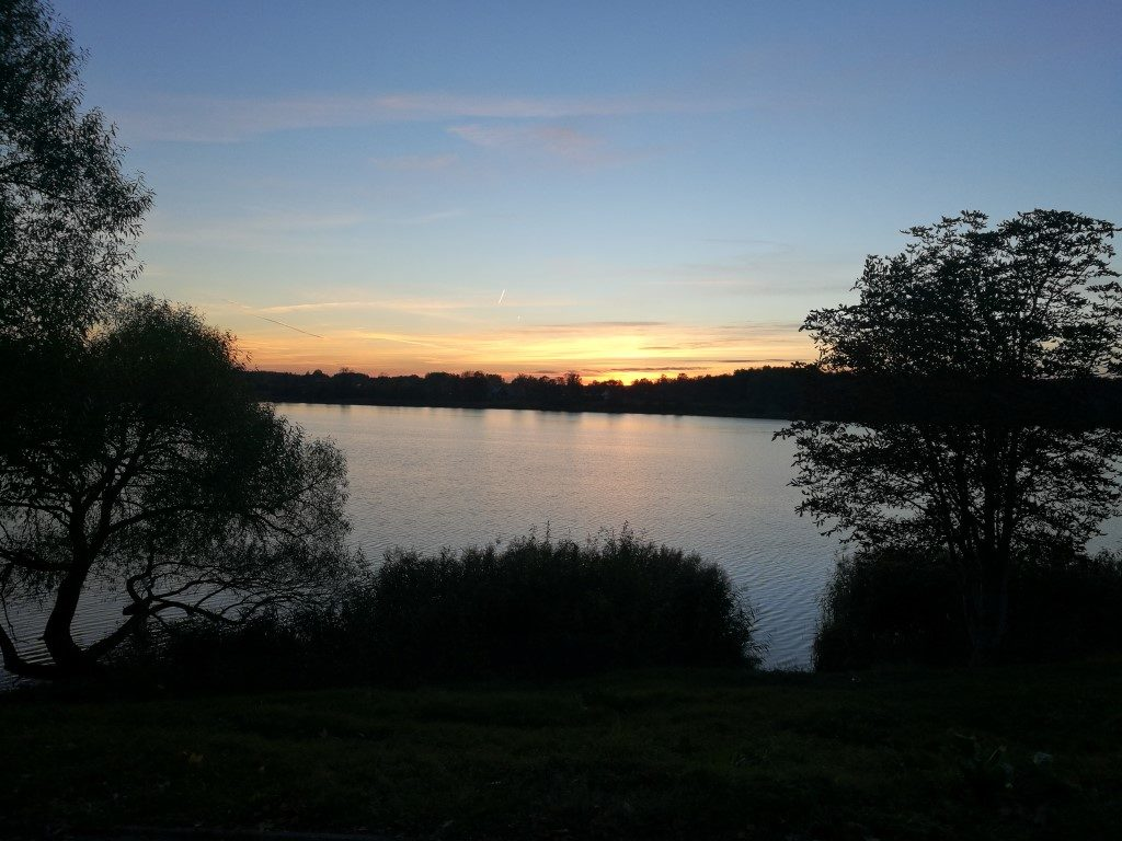 Le coucher de soleil sur le lac de Trakai