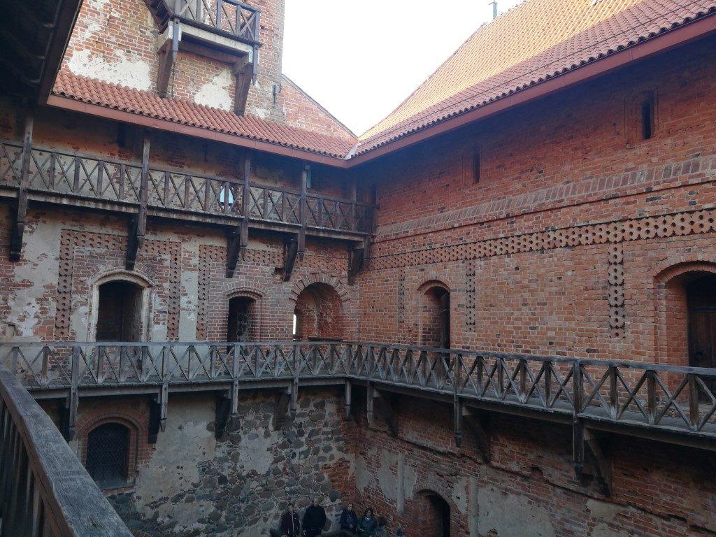 La cour intérieure du château de Trakai pendant la visite