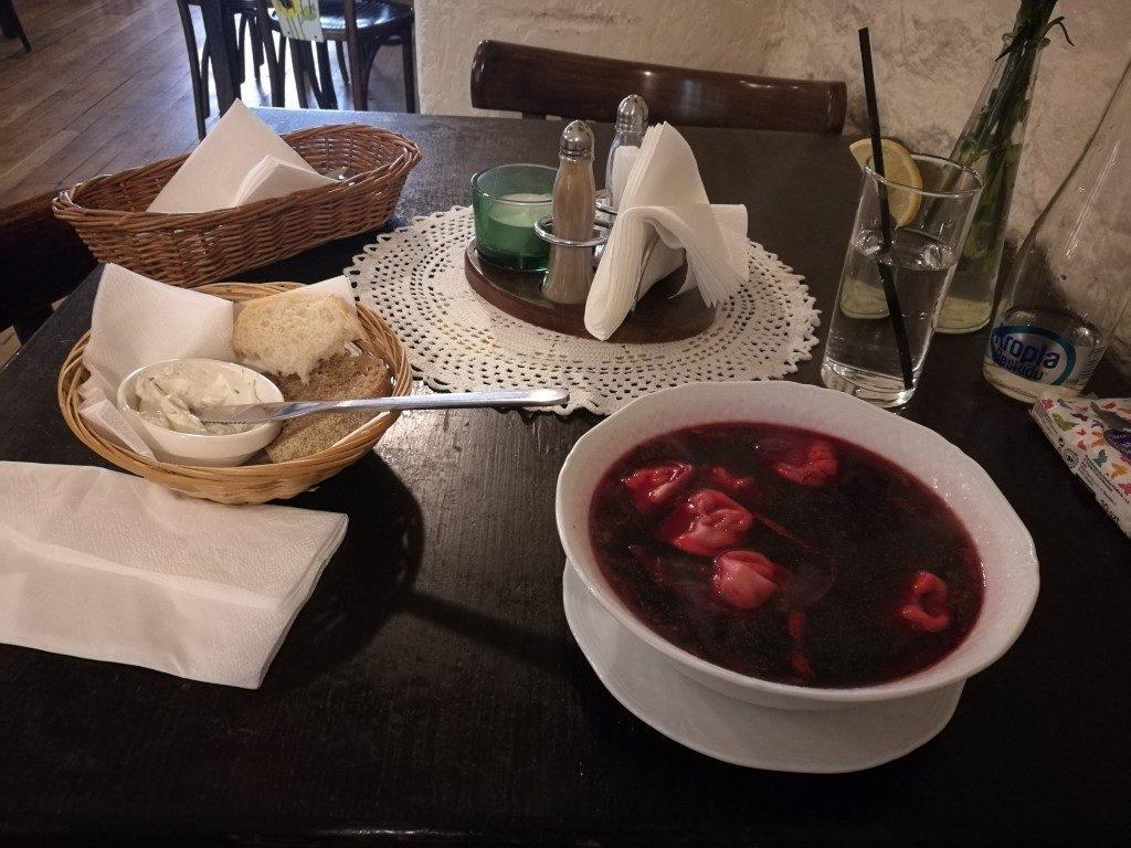 Une assiette de borsch dans un restaurant de Varsovie