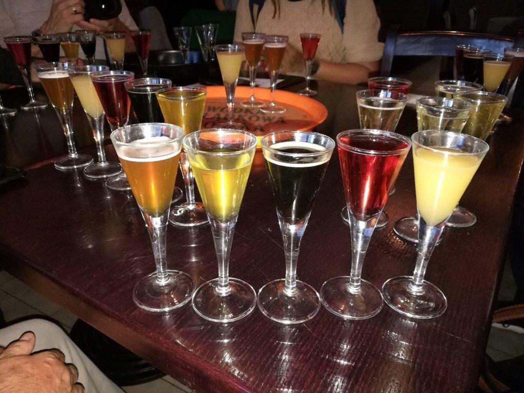 Une dégustation de bières et cidre locaux dans un bar