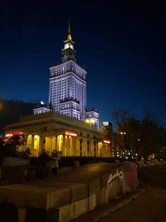 Le bâtiment soviétique de nuit