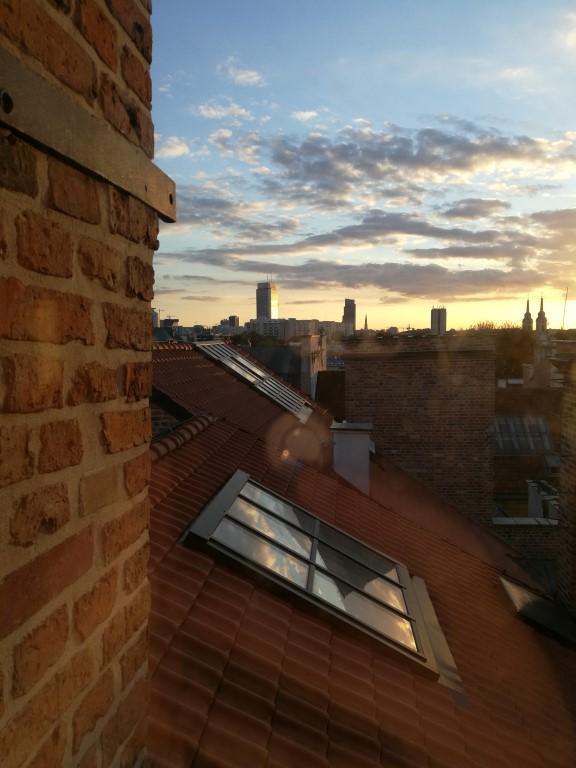 Le coucher du soleil sur les toits de la Vieille Ville depuis le Musée de la ville