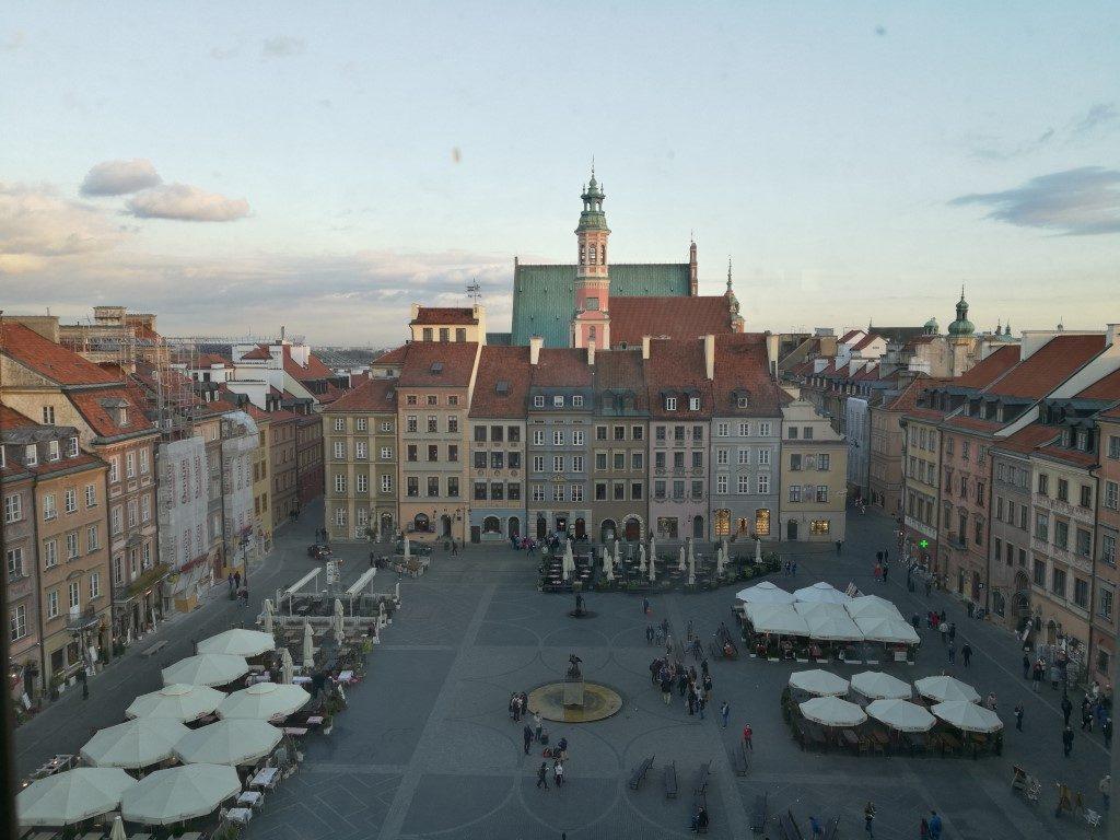 La place du marché historique dans la vieille ville de Varsovie vue d'en haut.