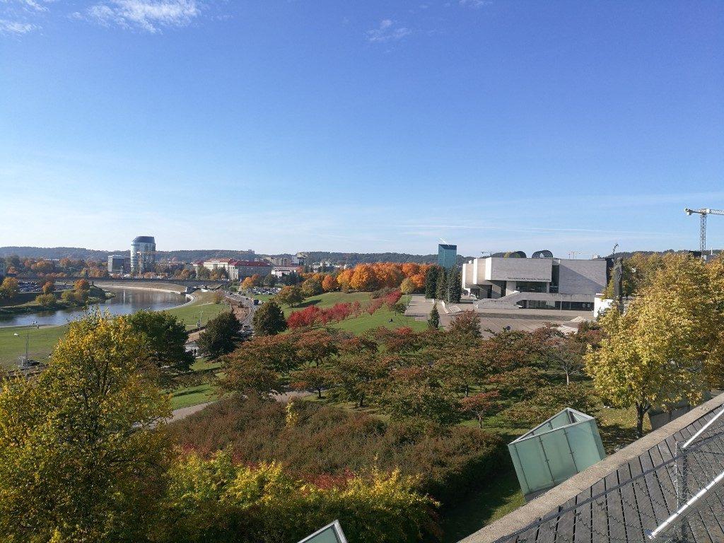 Vue du quartier des affaires depuis une terrasse aménagée devant un des gratte-ciels