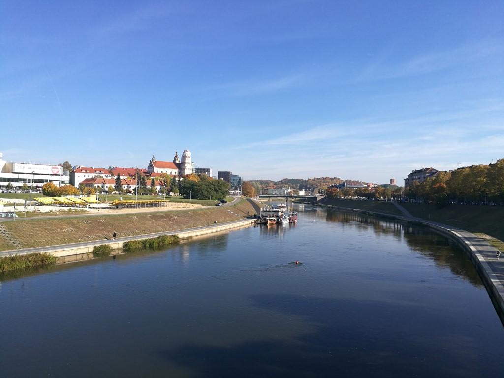 La rivière Neris qui sépare la vieille ville du quartier des affaires