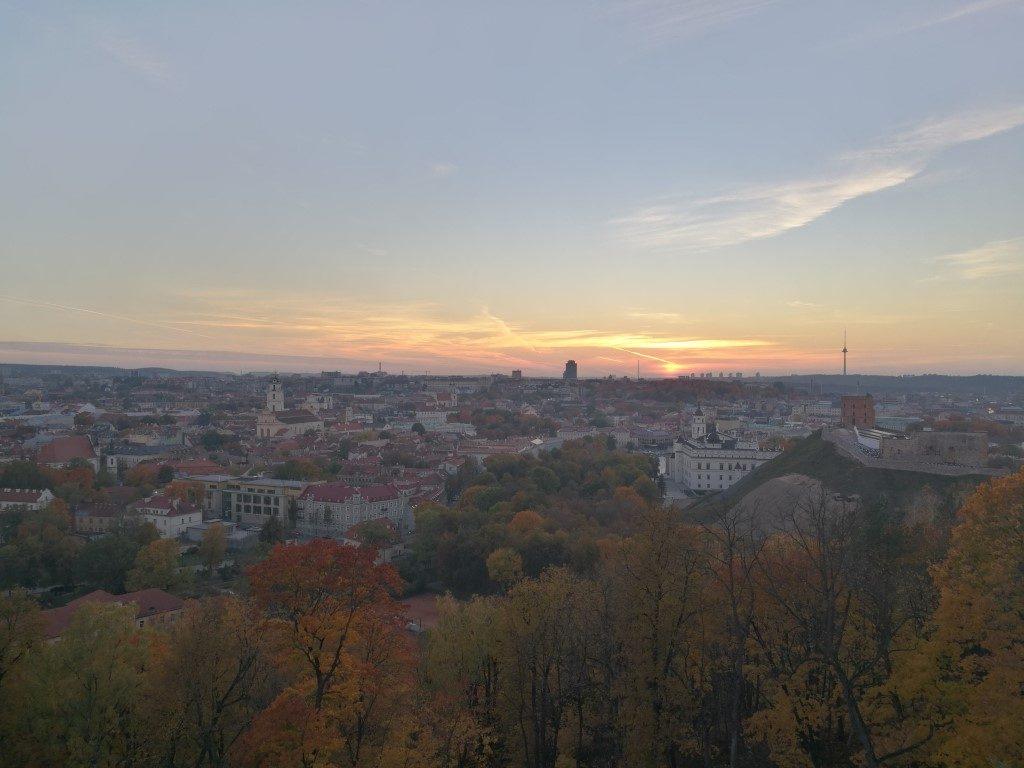 Le coucher du soleil depuis la colline des 3 croix sur les hauteurs de Vilnius