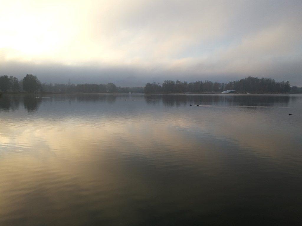 La brume s'étend sur le lac en fin d'après-midi