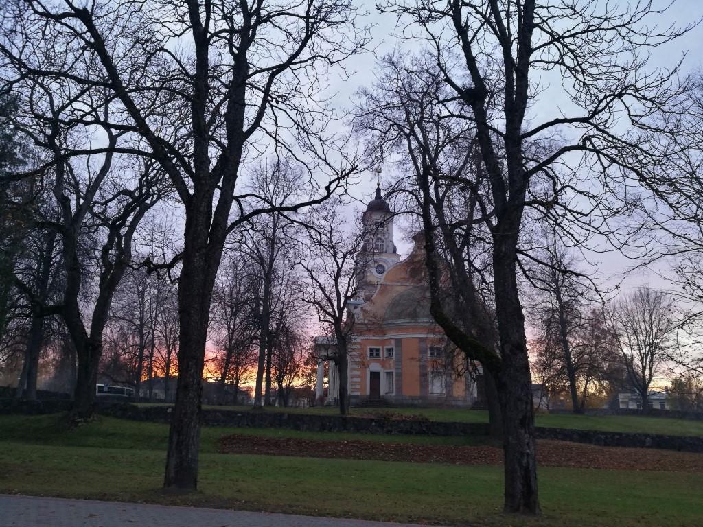 Le coucher de soleil derrière l'église