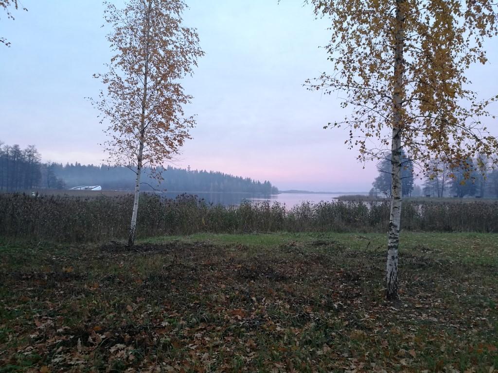 Le coucher de soleil sur le lac d'Aluksne