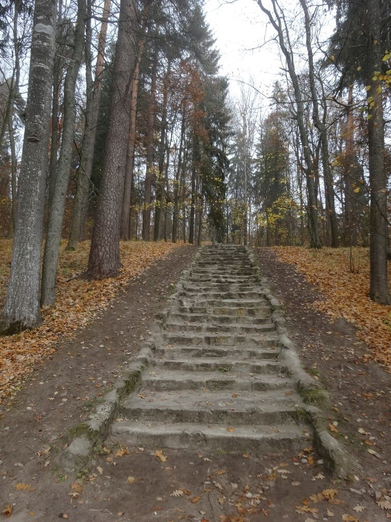 L'escalier des 101 marches sur la presqu'île principale en face d'Aluksne