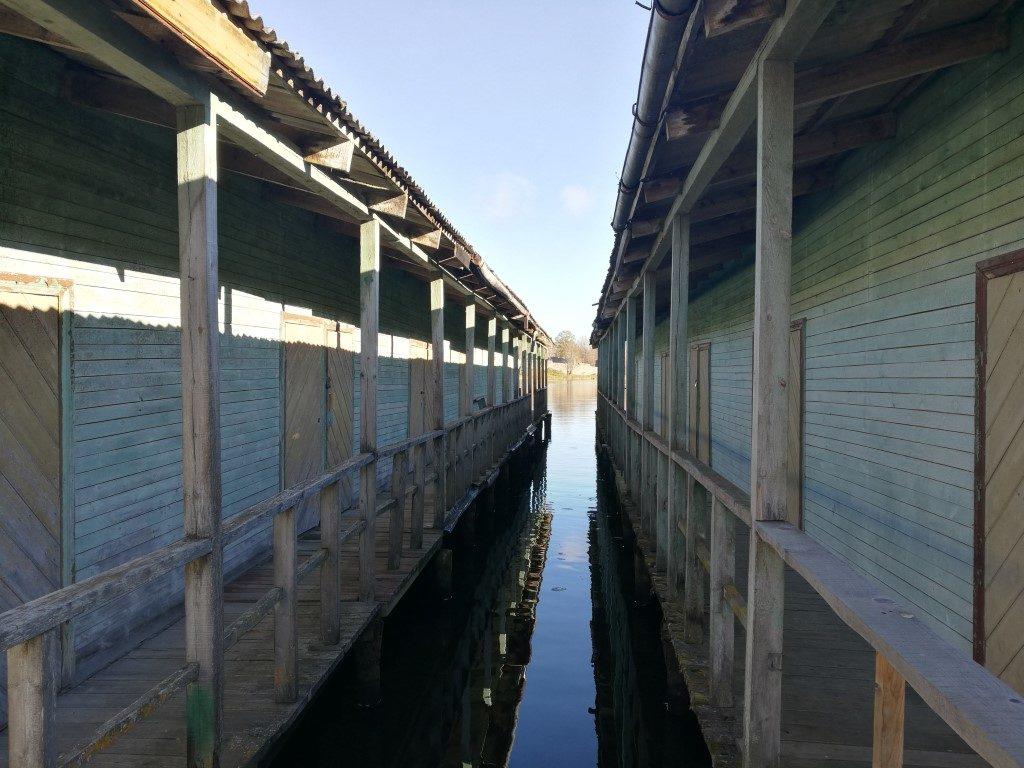 Les cabanes sur pilotis au bout d la jetée. Probablement utilisée par des pêcheurs.