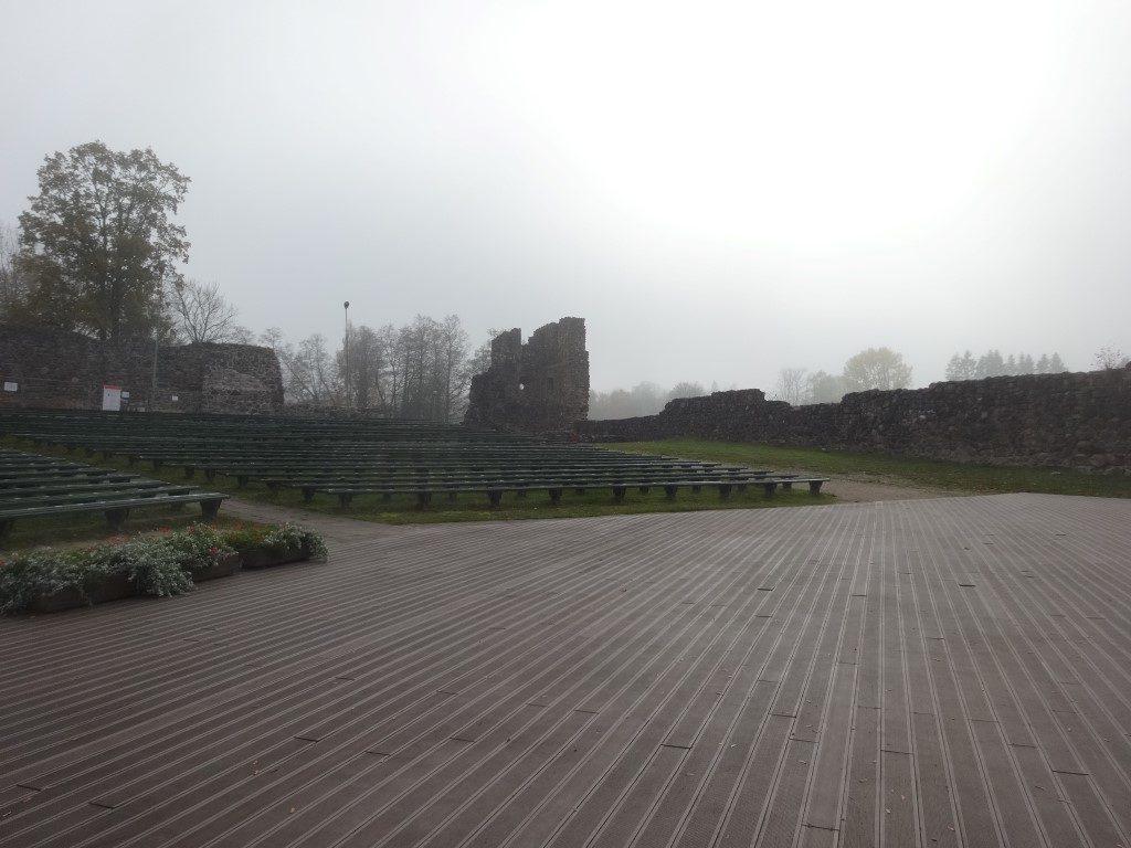 Un auditorium dans les ruines du chateau