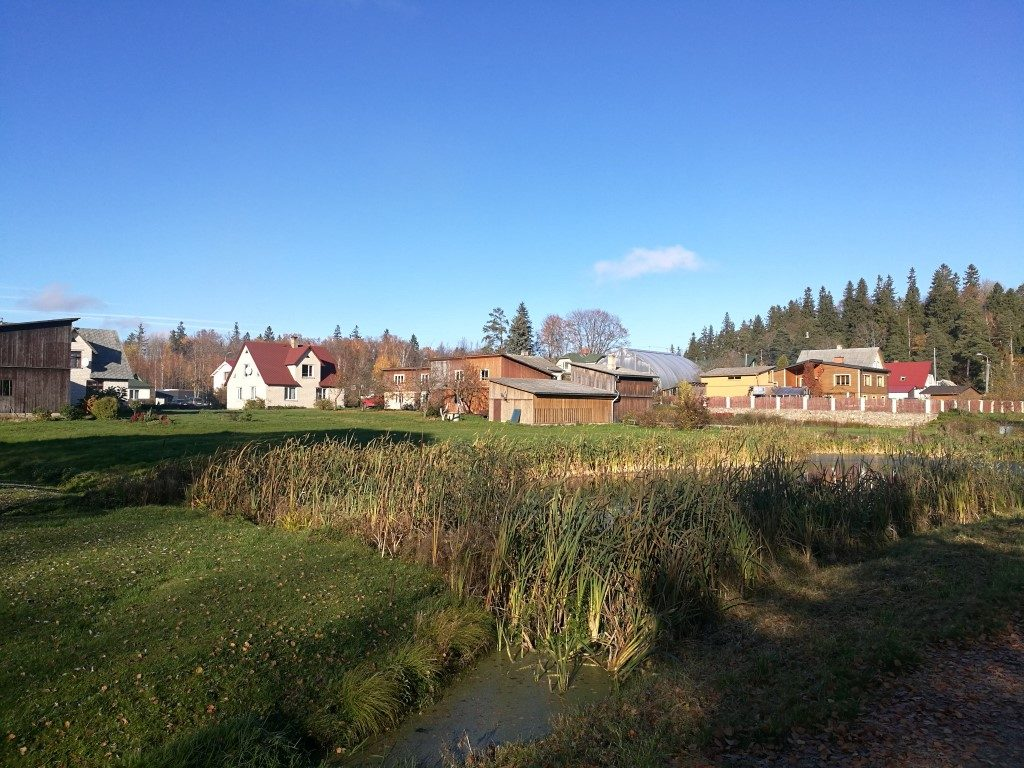 Les habitations autour du lac en dehors de la ville