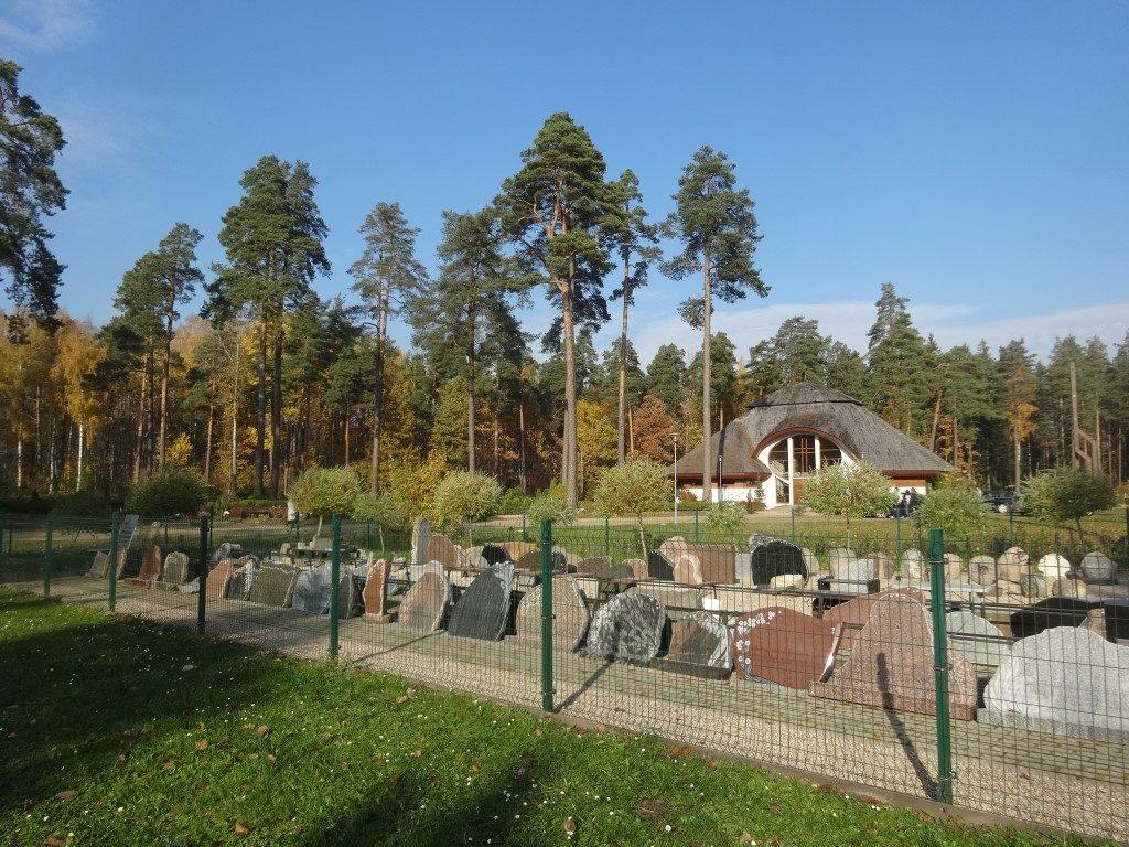 Le cimetière de Sigulda, les pierres tombales, en exposition directement là où elles sont nécesaires