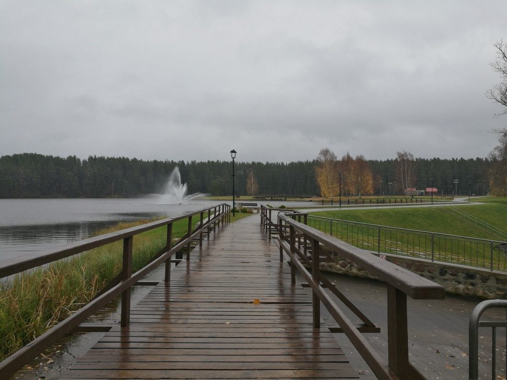 La base de loisir au-dessus du barrage