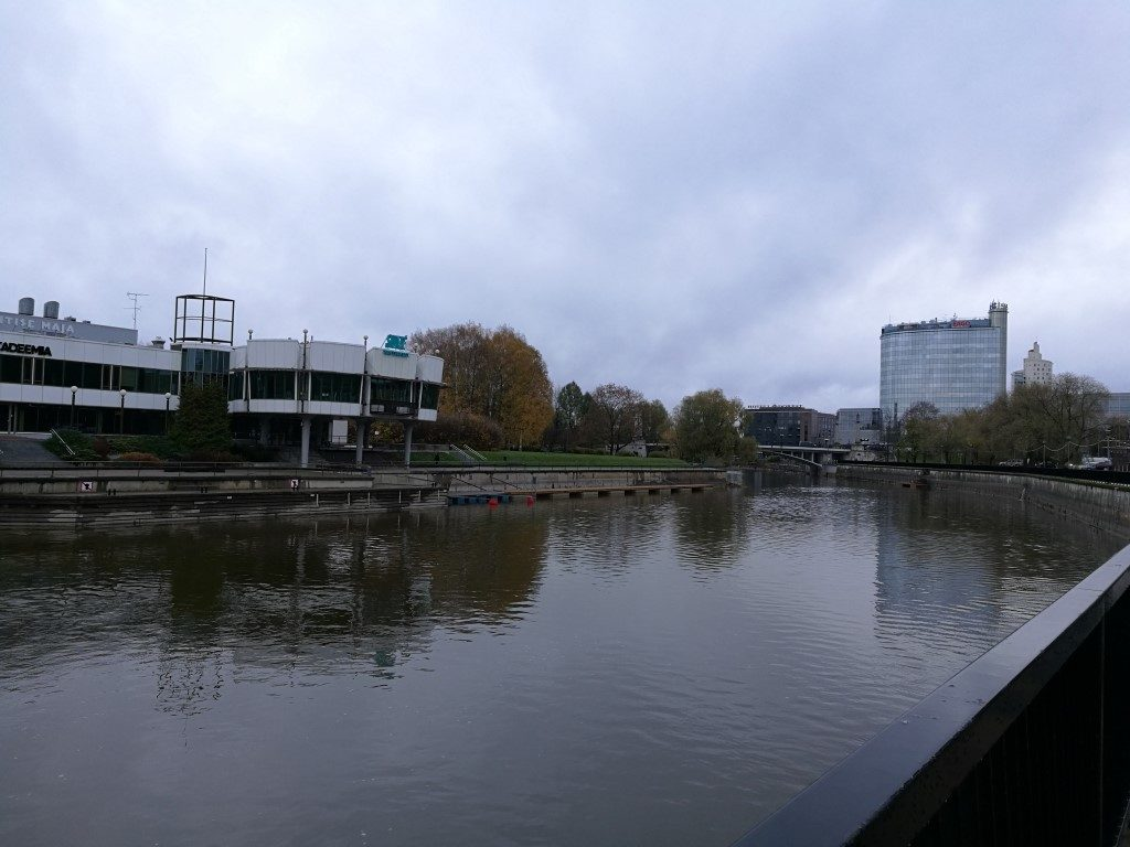 La rivière qui passe au centre de Tartu