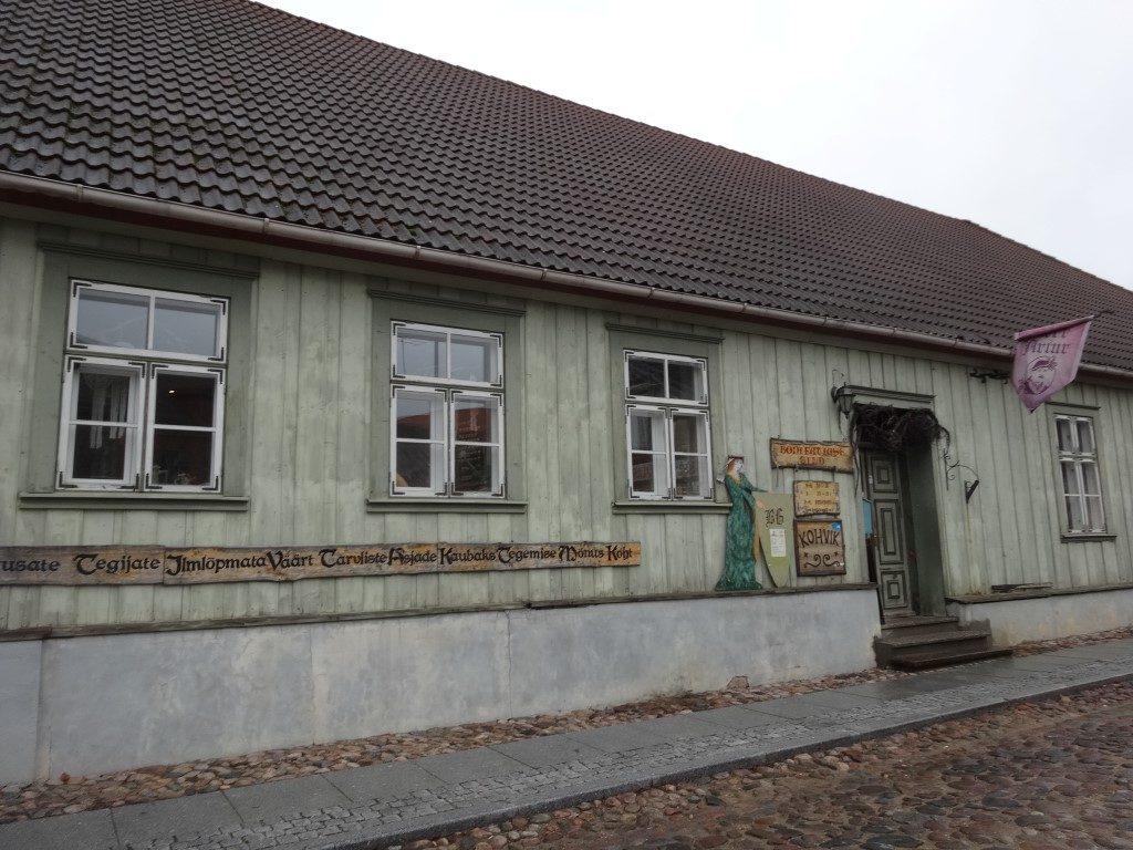 L'ancienne guilde des artisans, aujourd'hui partagée entre boutiques et ateliers