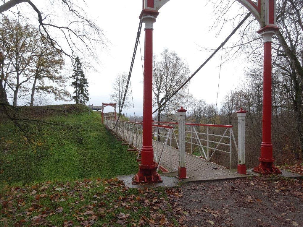 Le pont suspendu de la ville qui permet de passer au-dessus des douves du chateau