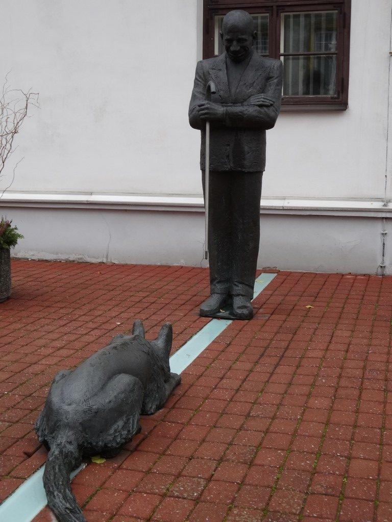 Une statue de l'ancien maire de la ville