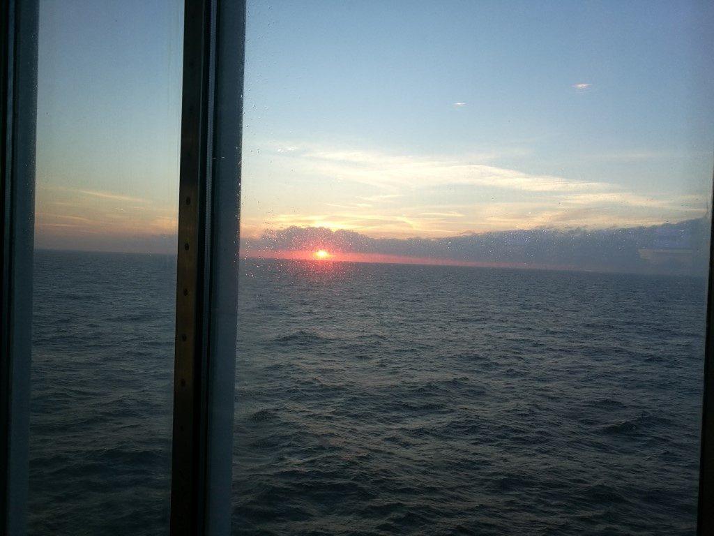 le coucher du soleil depuis le ferry sur le chemin du retour