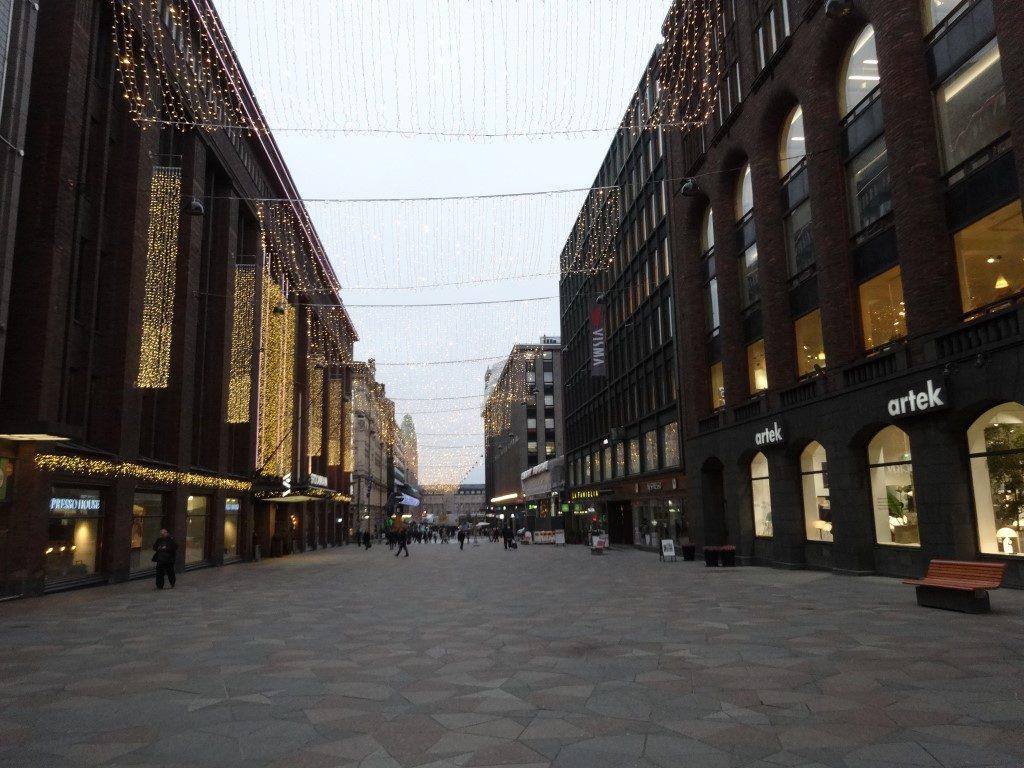 Une rue dans la ville, déjà prête pour noël