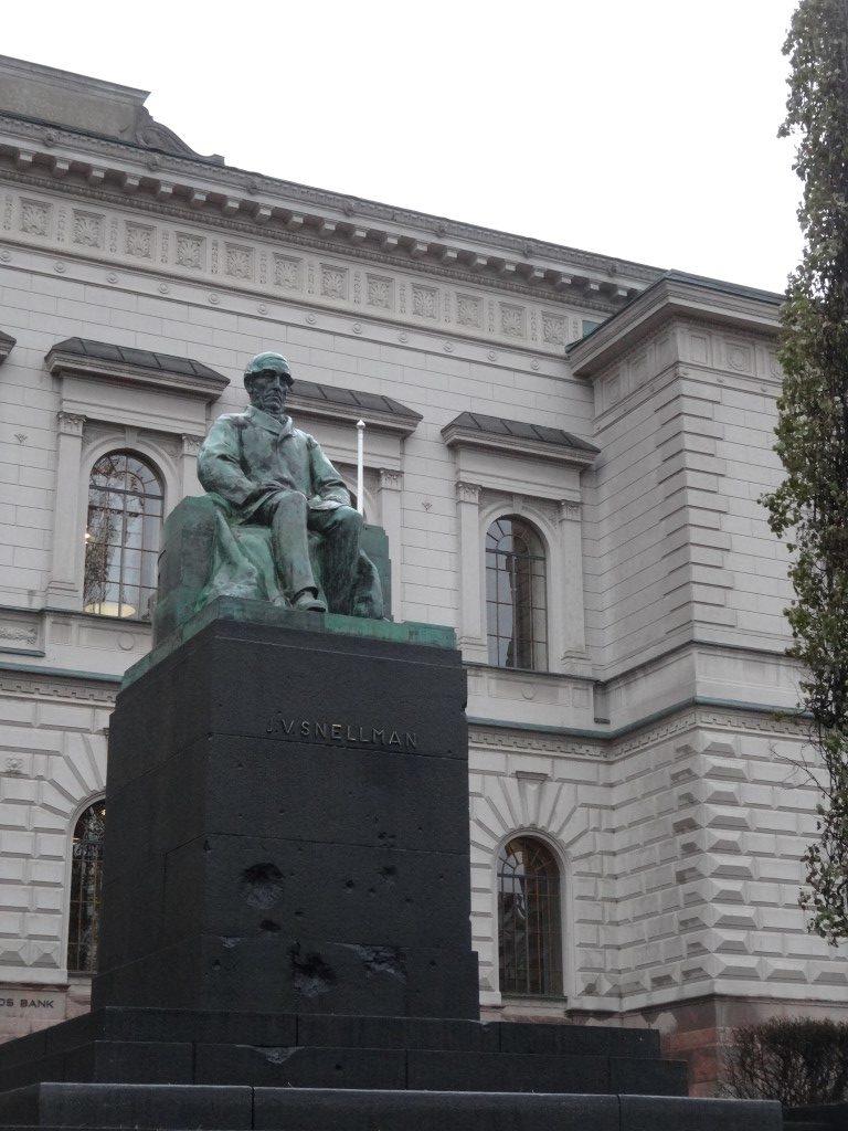 La statue d'un type peu connu avec des impacts datant de la 1ère guerre mondiale