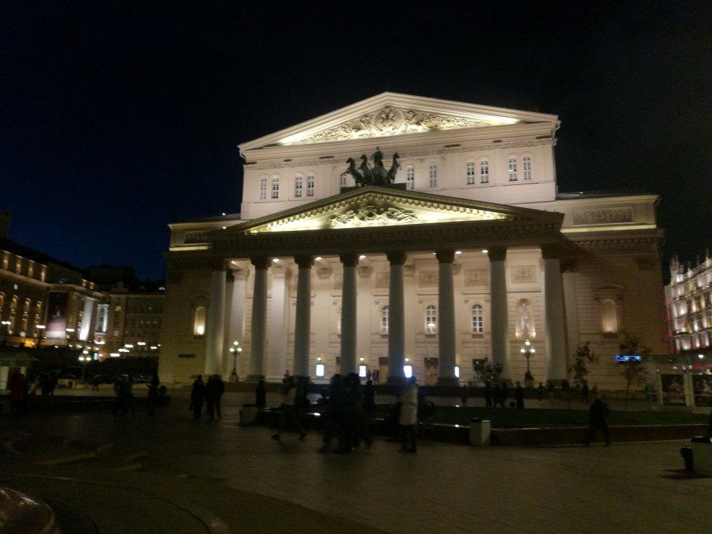 Le célèbre théâtre Bolchoi de Moscou de nuit