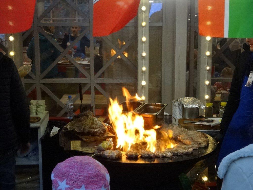 Un barbecue devant un des stands lors de la fête de l'Union Nationale