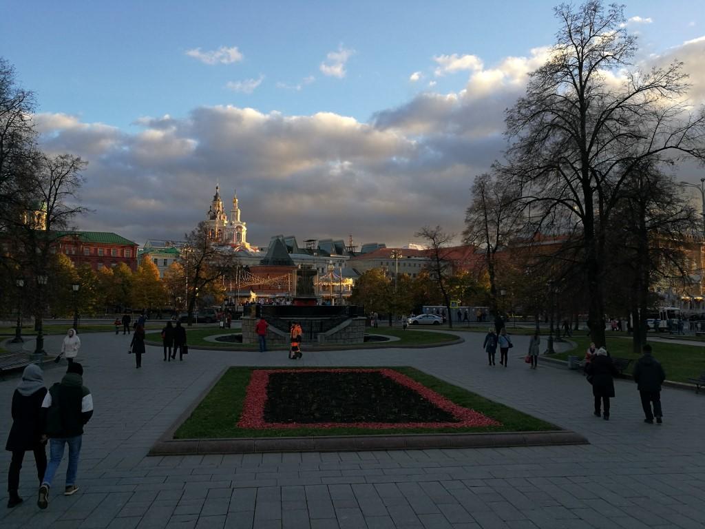 La vue depuis les marches à l'entrée du théâtre du Bolchoi