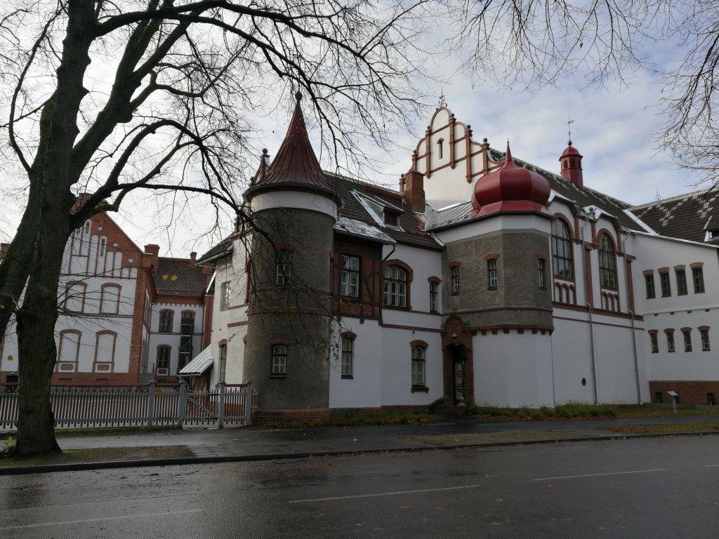Le gros complexe orthodoxe à l'entrée de la vieille ville