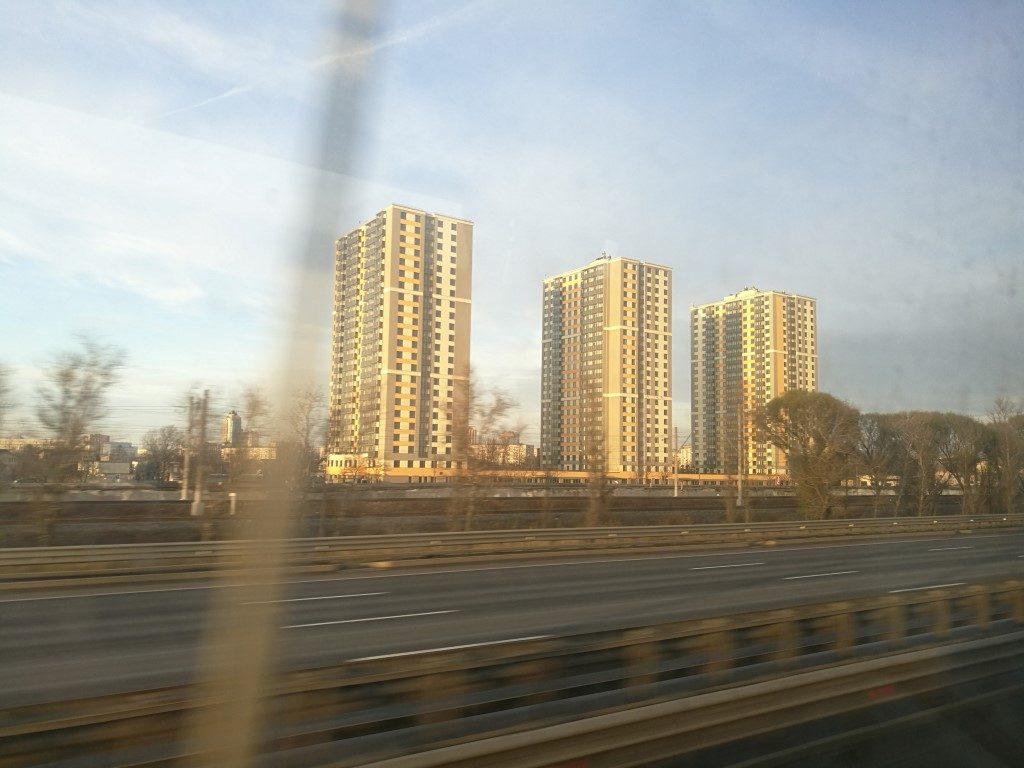 Les 1ers bâtiments à l'entrée de Saint-Petersbourg vus depuis le bus