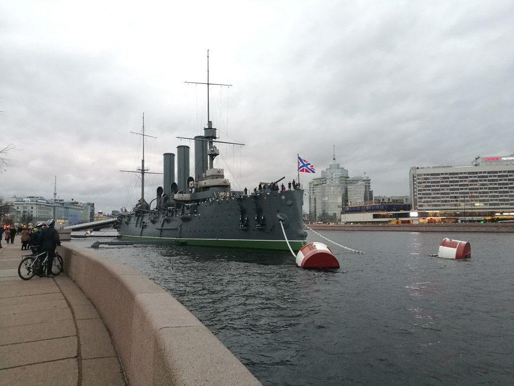 Un bateau militaire russe sur la rivière, pris d'assault par les touristes