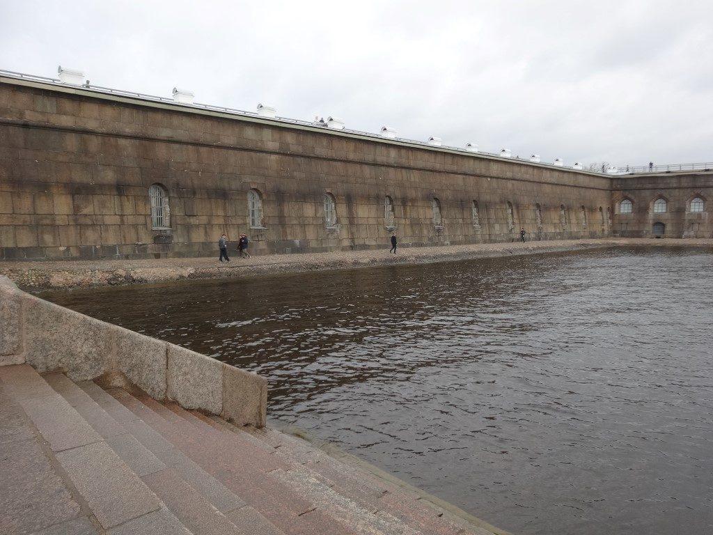 La forteresse Pierre et Paul sur une des rives de la Neva