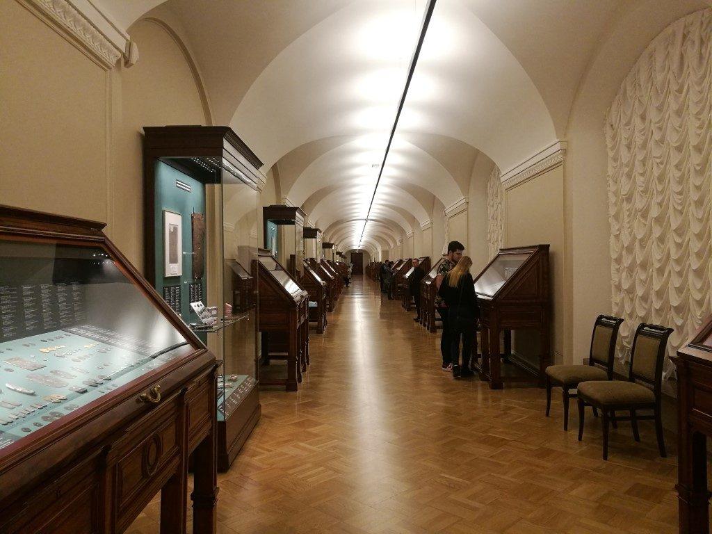 La salle avec la collection des pièces de monnaies du musée de l'Hermitage à Saint-Petersbourg