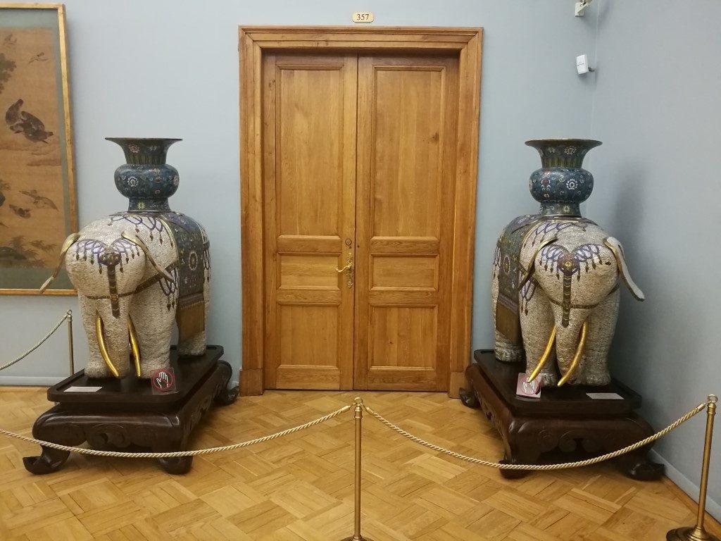 Des éléphants devant une porte au musée de l'Hermitage à Saint-Peterbourg